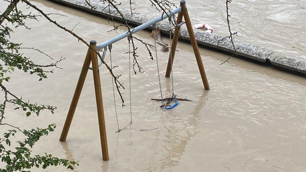 Bild von überschwemmter Schaukel