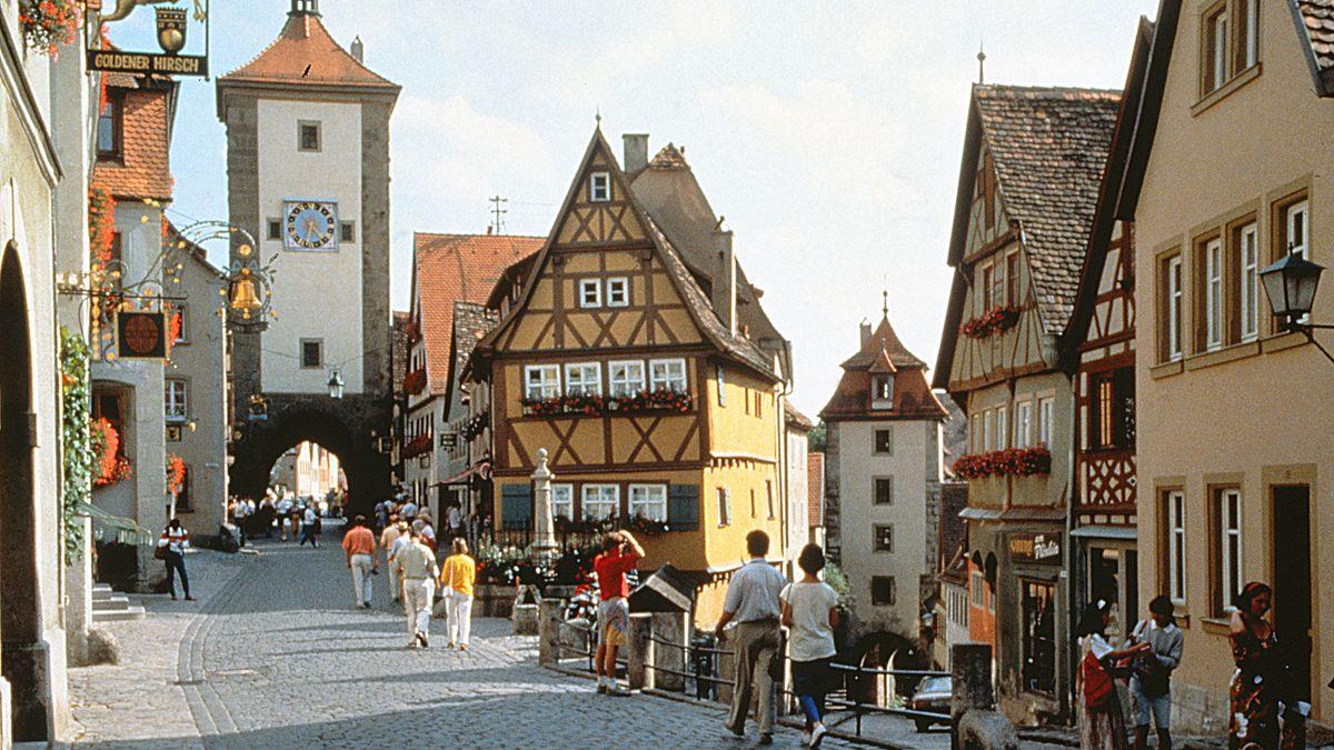 Archivbild: Blick auf den Plönlein, eine Straßengabelung in Rothenburg. Zwei Stadttore und viele Fachwerkhäuser