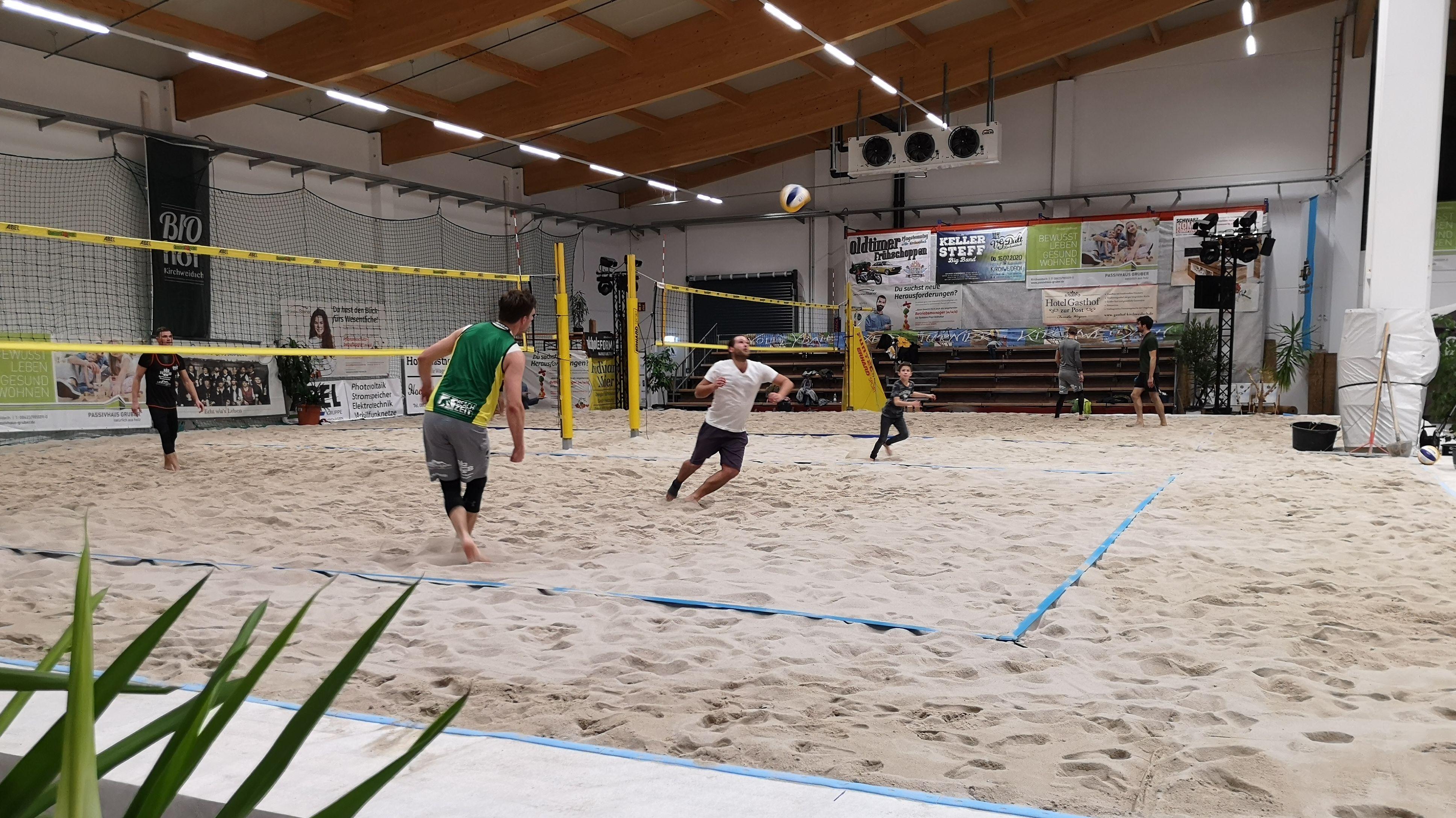 Beachvolleyball-Spieler spielen im Sand