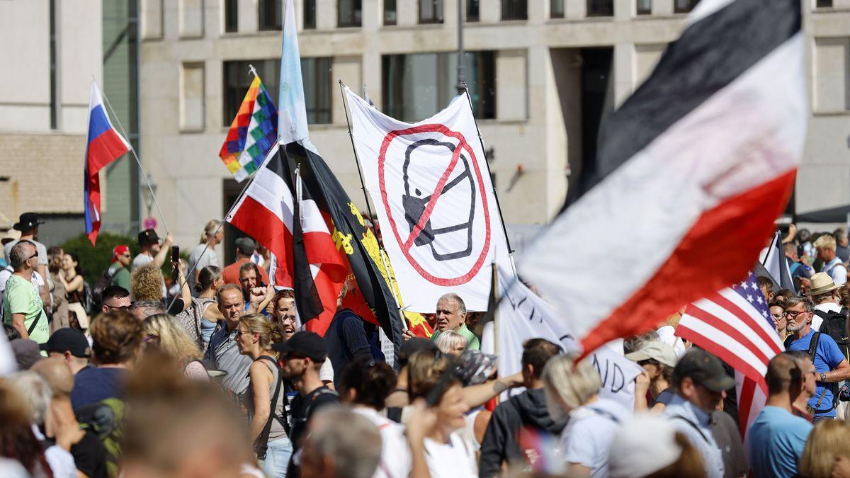 Demonstranten mit Fahnen bei der Anti-Corona-Demo in Berlin