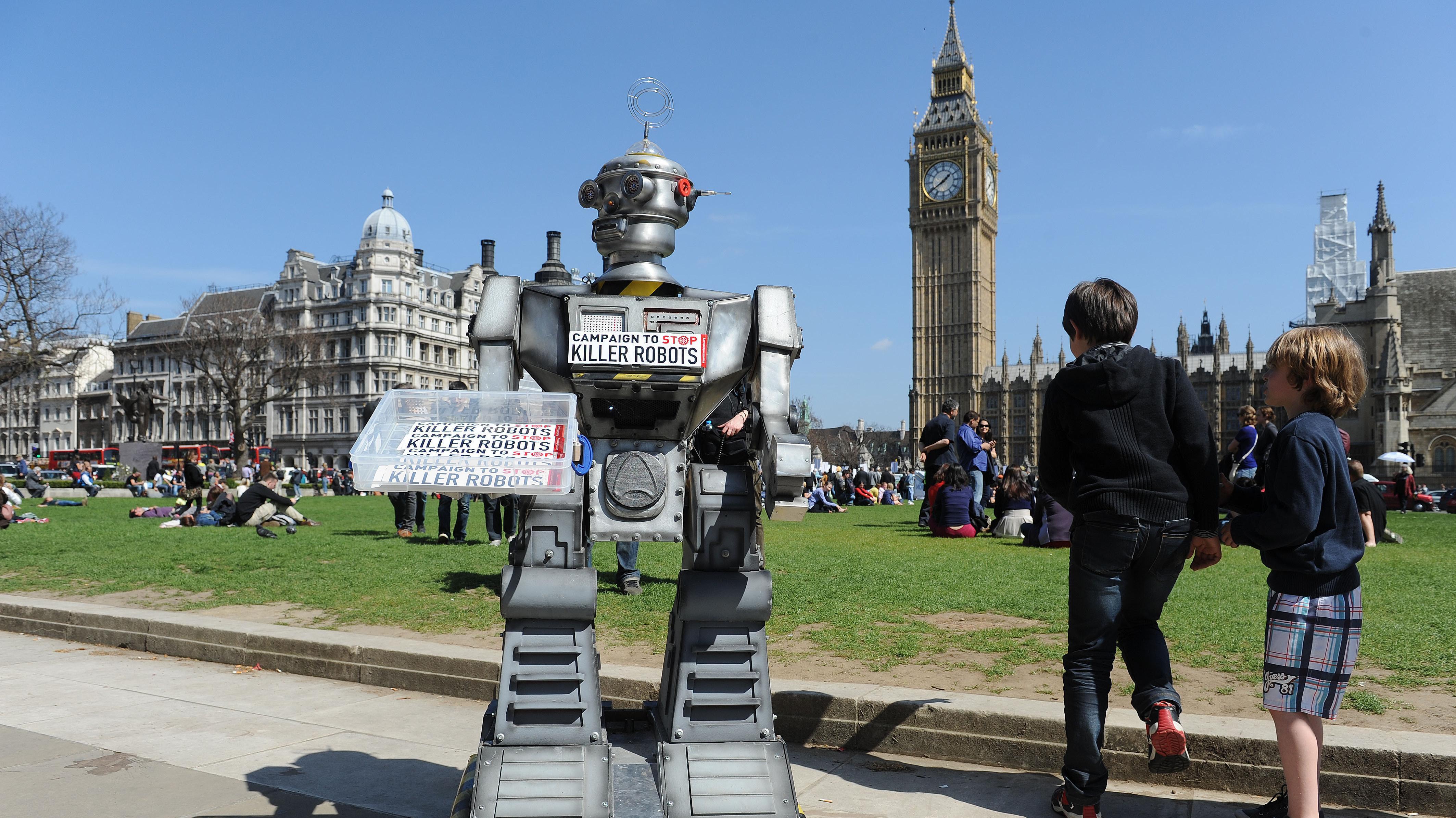 Roboter-Attrappe auf Anti-Killer-Roboter-Demo