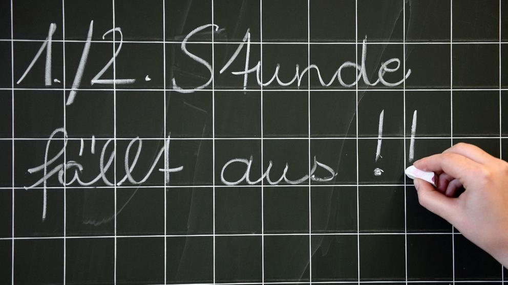 In vielen Schulen fallen immer wieder Stunden aus   Bild:BR / dpa