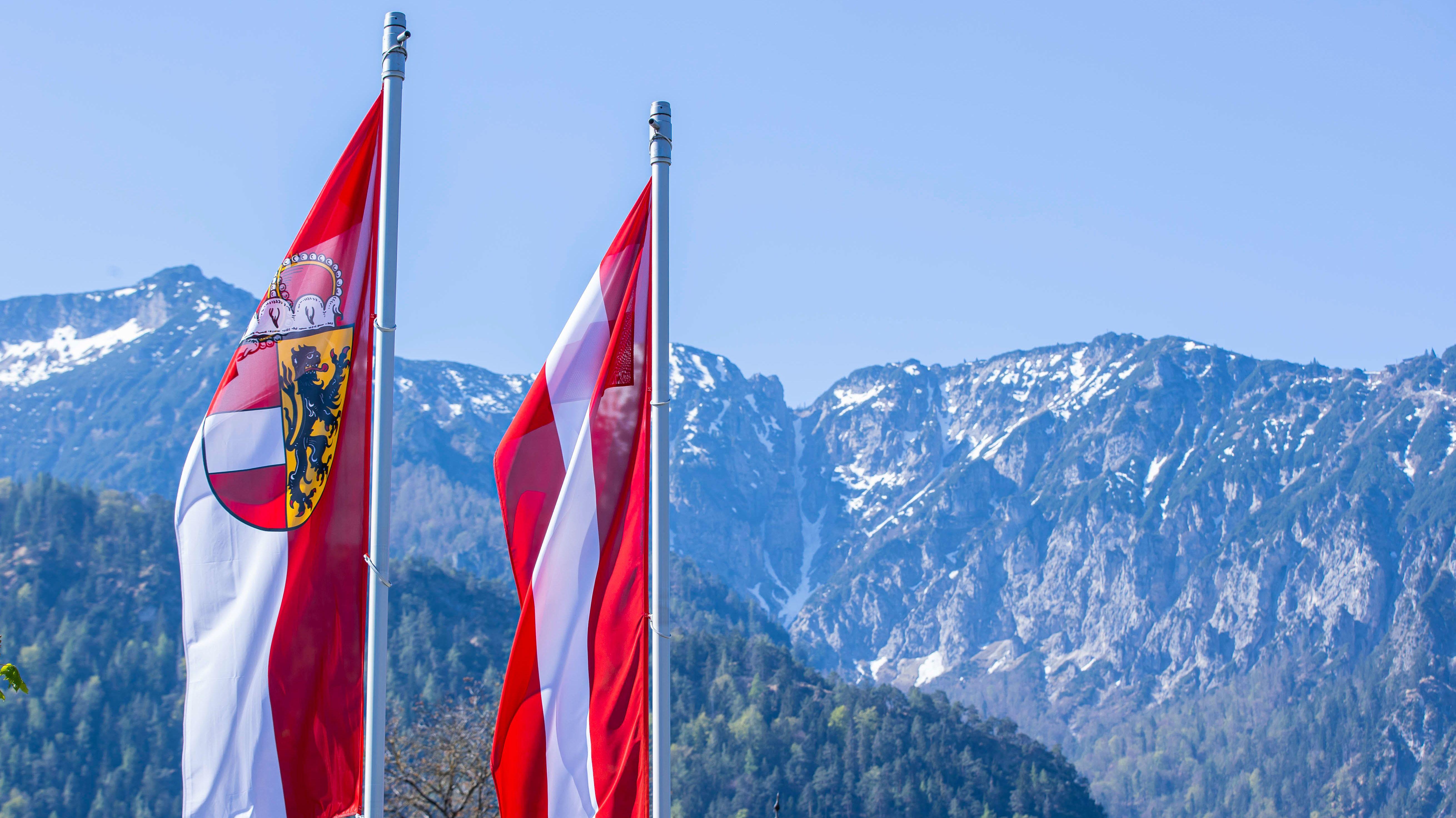 Salzburger Fahne und Fahne der Republik Österreich