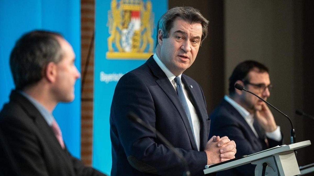 Ministerpräsident Markus Söder (CSU) und zwei Minister bei einer Pressekonferenz.