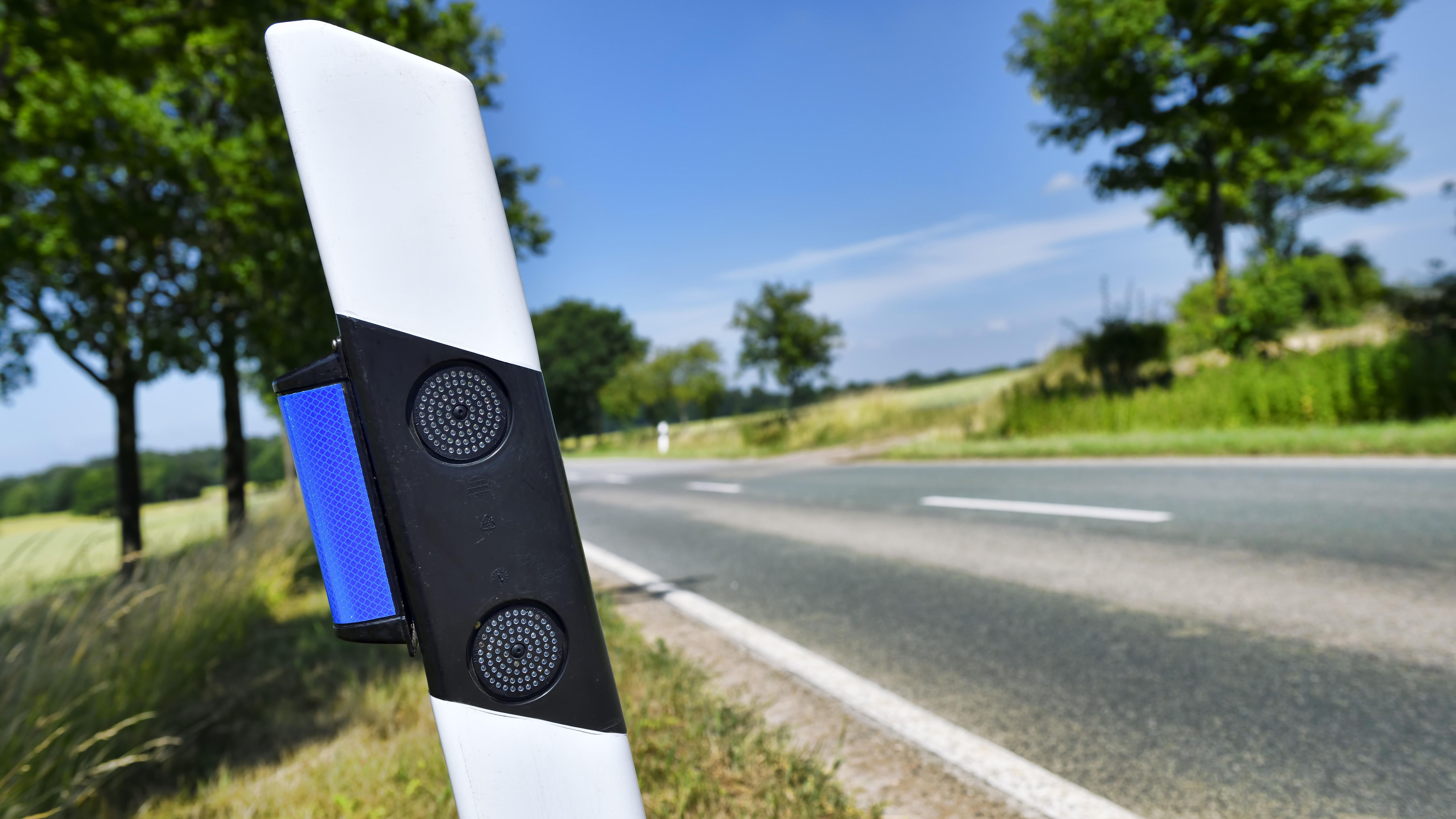 Blaue Reflektoren an Straßenbegrenzungspfosten sollen das Wild davon abhalten, auf die Straße zu laufen.