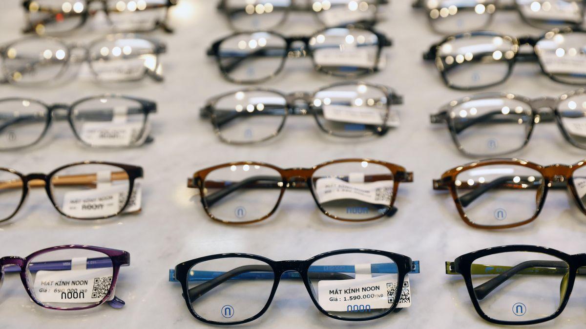 Auslage von Brillen beim Optiker