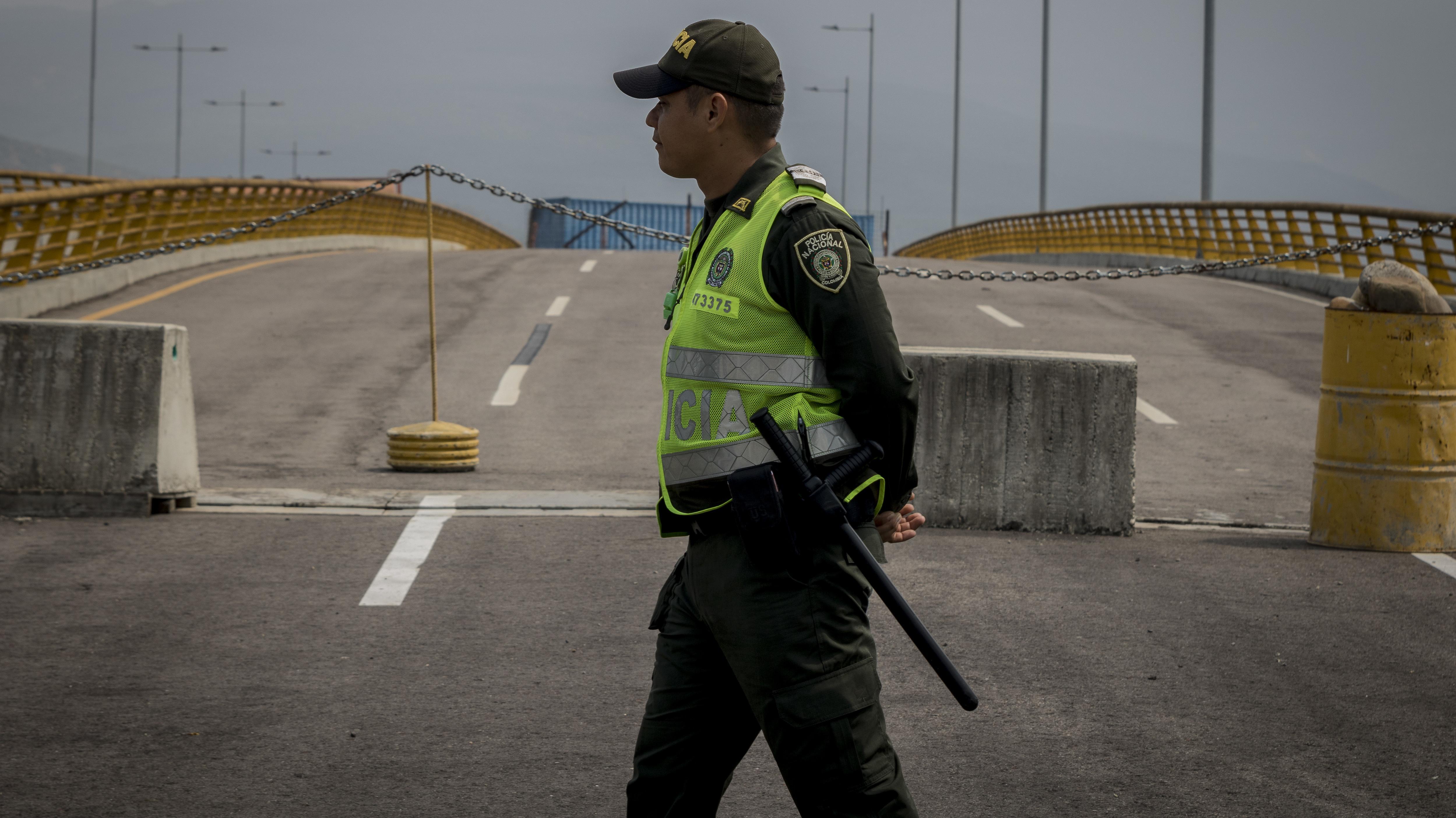 Ein kolumbianischer Soldat geht über die Brücke Tienditas nahe der kolumbianischen Grenzstadt Cucuta