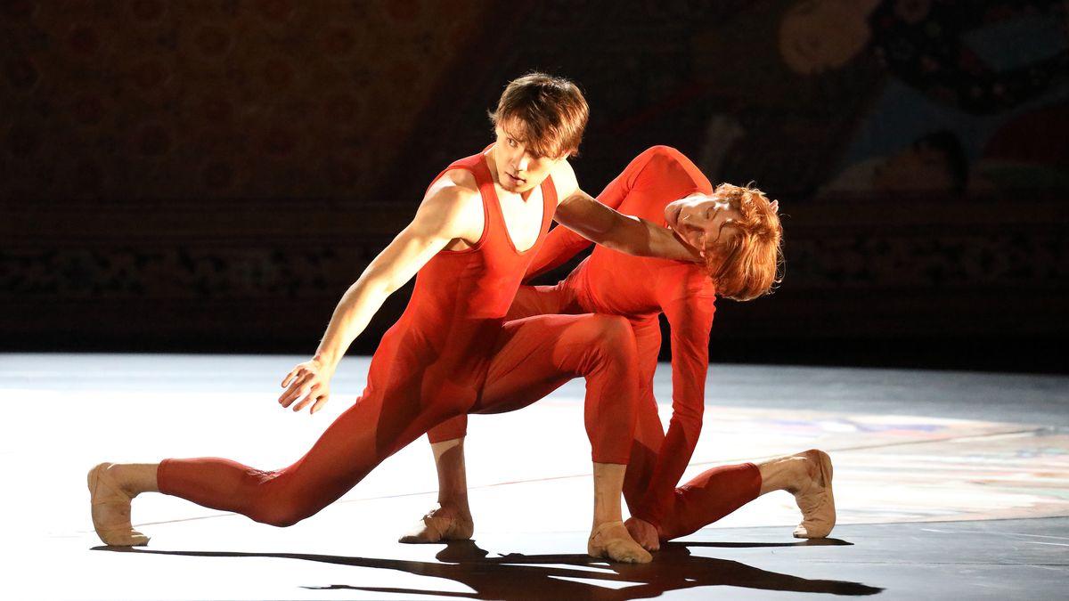 Zwei Tänzer auf der Bühne des Nationaltheaters