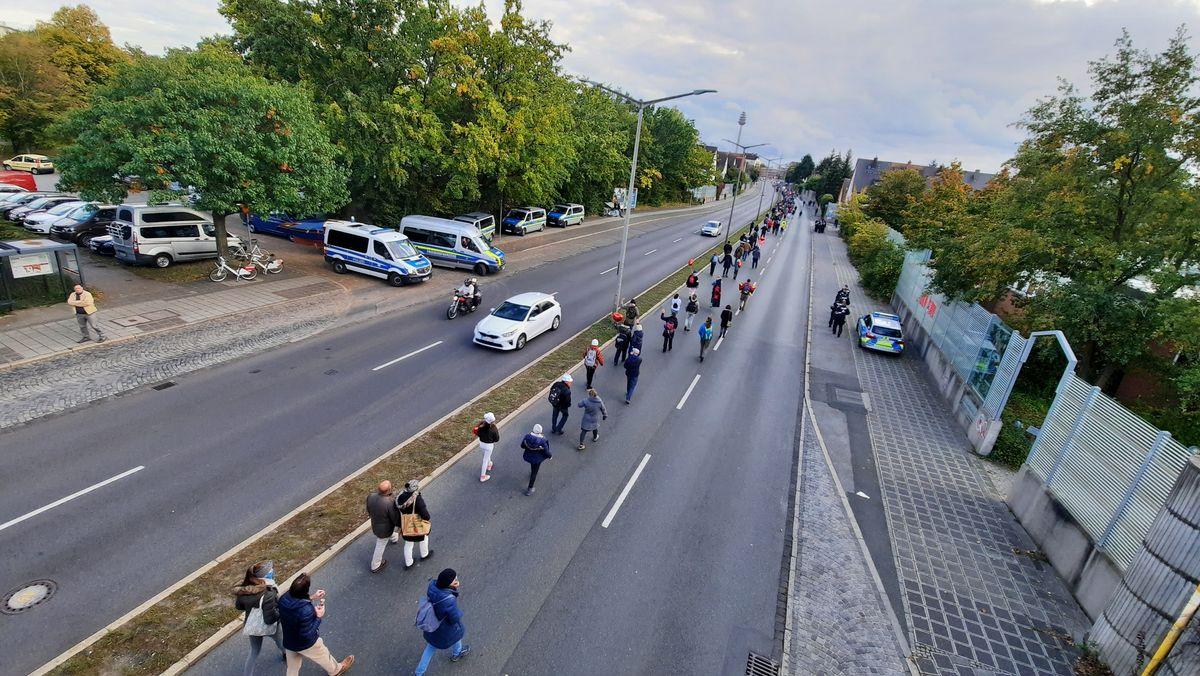 Demo gegen Maskenpflicht in Nürnberg - Demonstrationszug am Stadtring