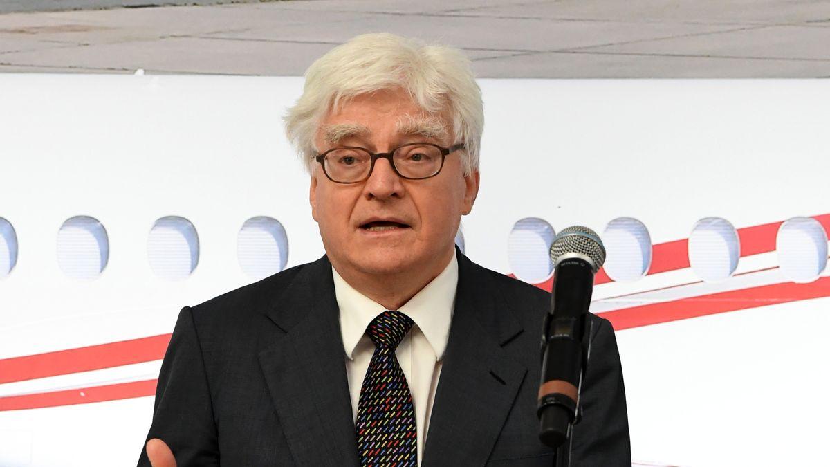 Winfried Stöcker, Inhaber des Flughafens Lübeck, spricht nach der Übergabe der Flughafenlizenz der Europäischen Agentur für Luftsicherheit am 11.03.2021
