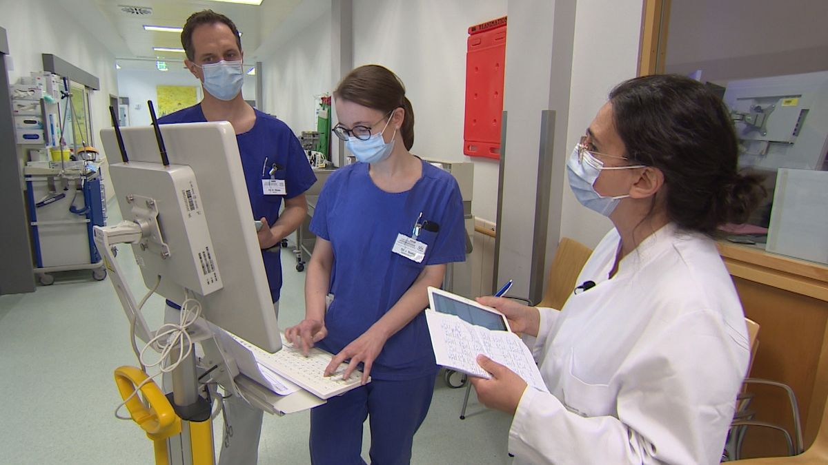 Güzin Surat bei der AMS-Visite an der Intensivstation des Universitätsklinikums Würzburg gemeinsam mit Oberarzt Daniel Röder.