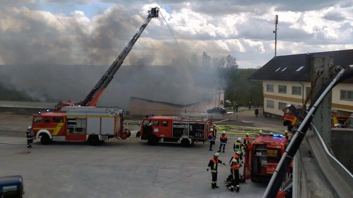 Die Brandstelle in Michelsfeld. Die Anwohner wurden aufgefordert, Fenster und Türen geschlossen zu halten.