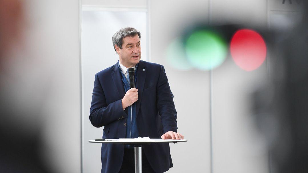 Ministerpräsident Söder (CSU) spricht bei der Besichtigung des neu eingerichteten Impfzentrums in der Messe München.