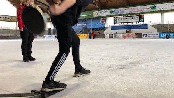 Ein Eisstockschütze in der Regener Eishalle