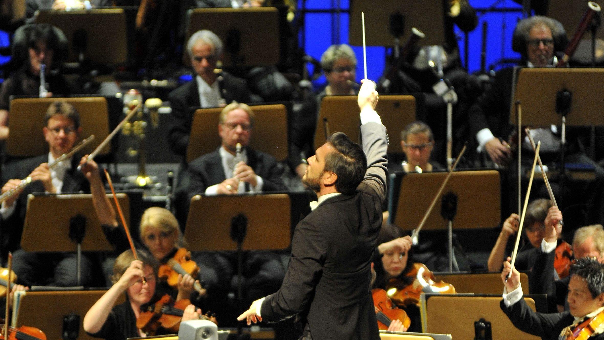Ein Dirigent bei einem Konzert im Mainfranken-Theater.