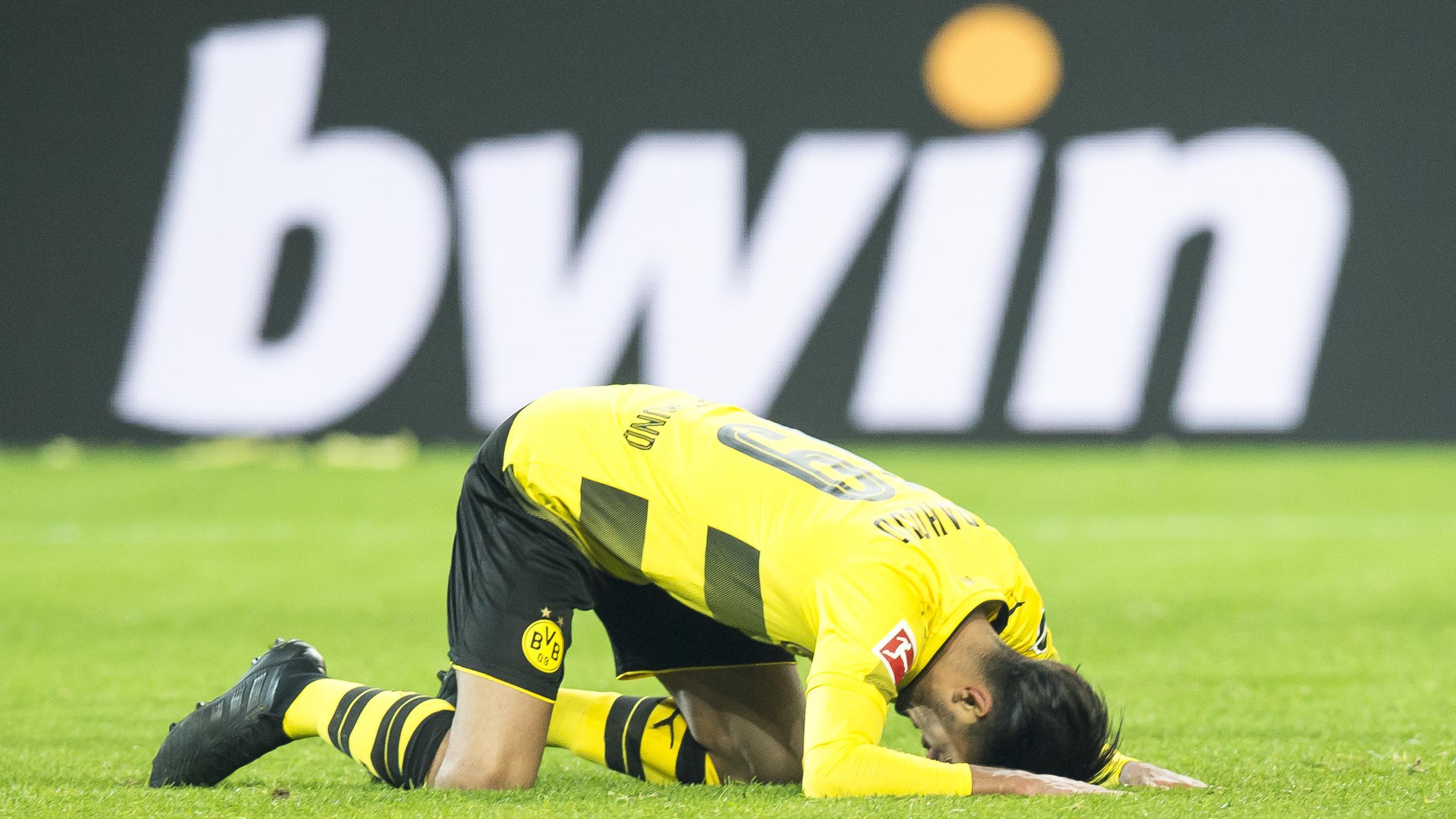 Dortmunds Mahmoud Dahoud liegt enttäuscht auf dem Boden.