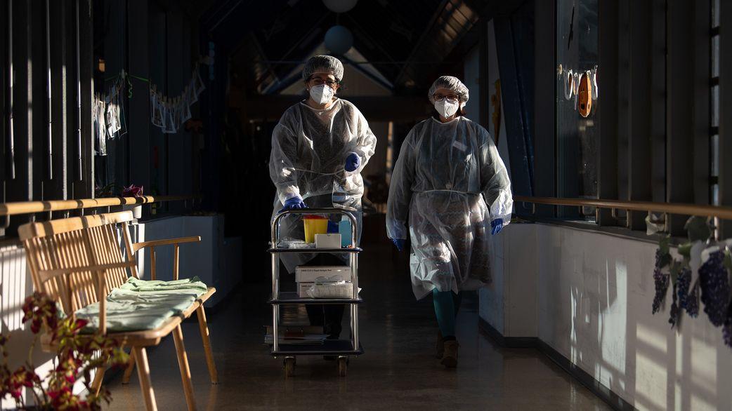 Pflegekräfte in Schutzkleidung einem Pflegeheim