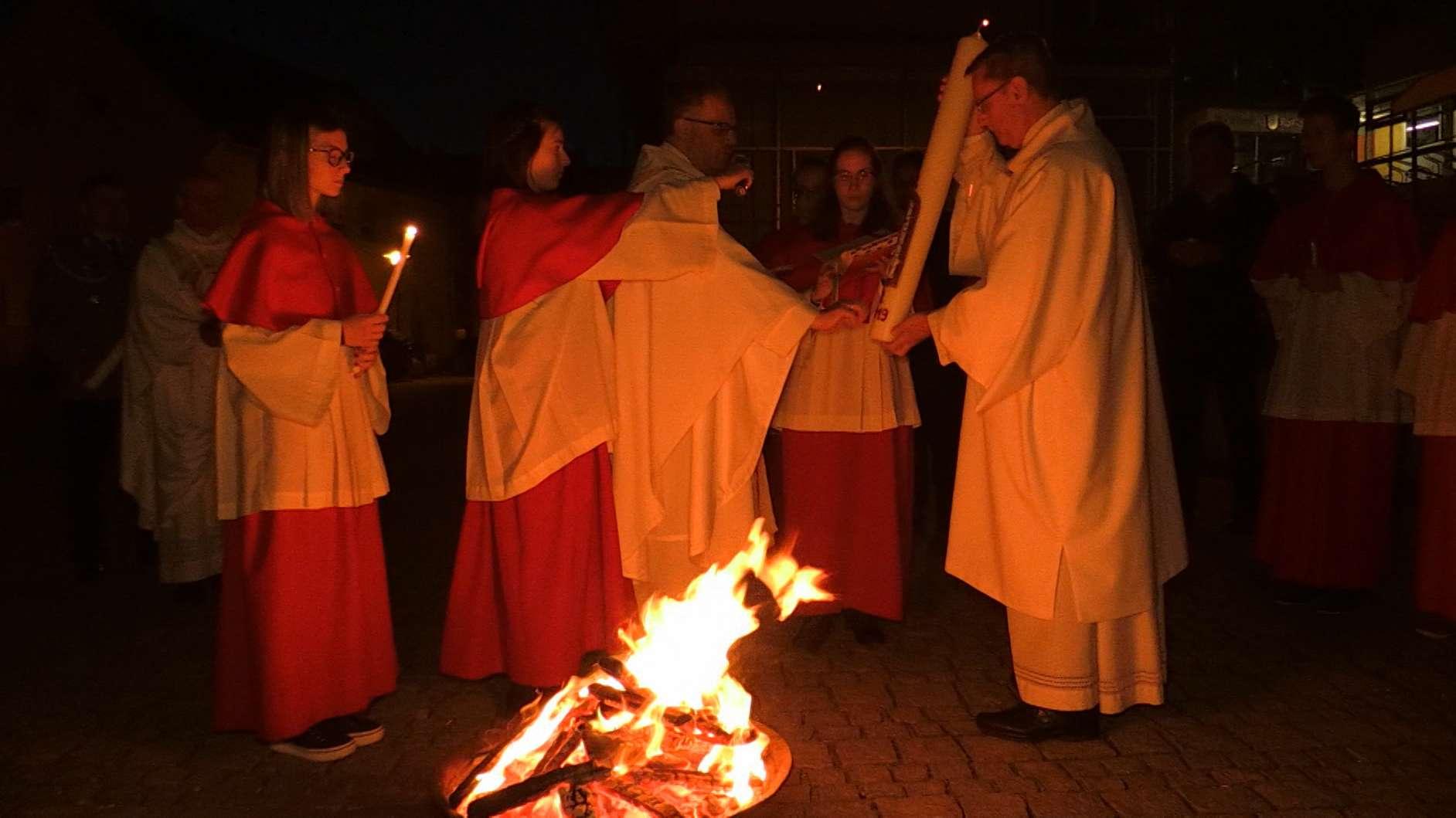 Die Osterkerze wurde am Feuer auf dem Kirchplatz entzündet