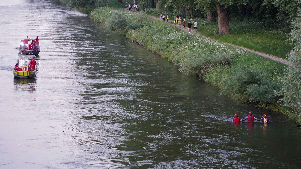 Einsatzkräftevon Wasserwacht und DLRG suchen nach dem Vermissten.