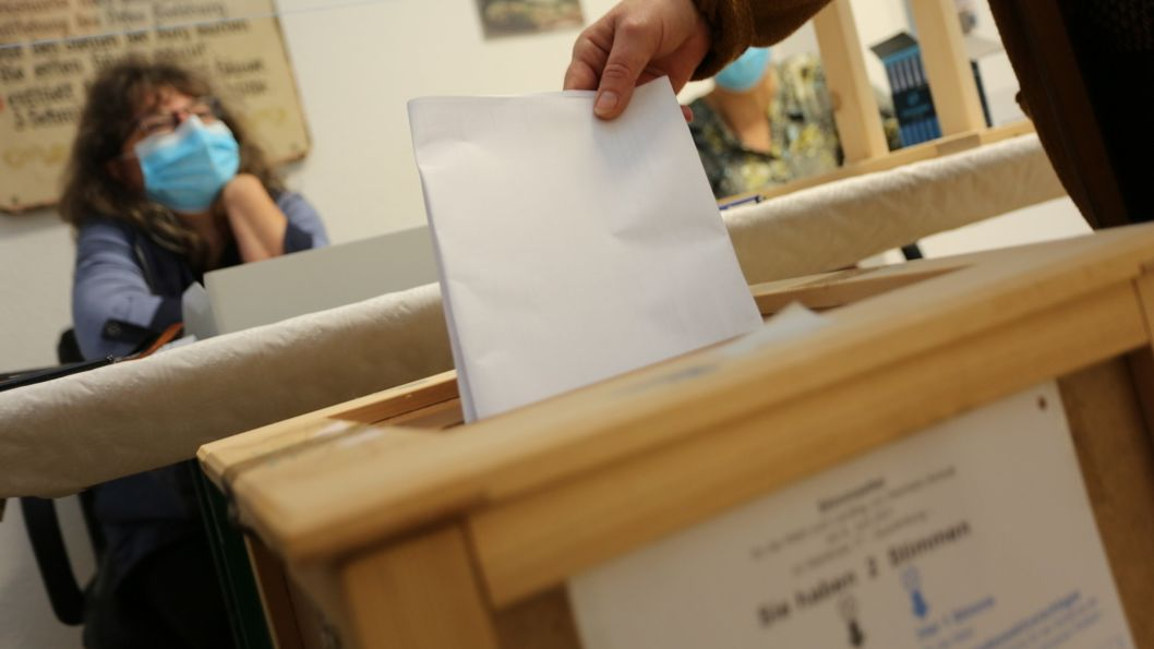 06.06.2021, Sachsen-Anhalt, Treseburg: Antje Becker-Hahne (r) gibt ihre Stimme in einem Wahllokal im Harz für die Landtagswahl ab. In der kleinen Gemeinde gibt es 66 Stimmberechtigte. Foto: Matthias Bein/dpa-Zentralbild/dpa +++ dpa-Bildfunk +++