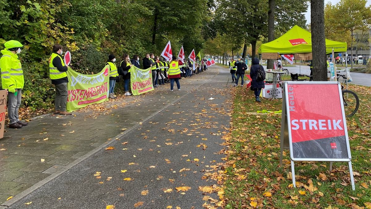 Menschenkette vor dem Bezirksklinikum  Regensburg
