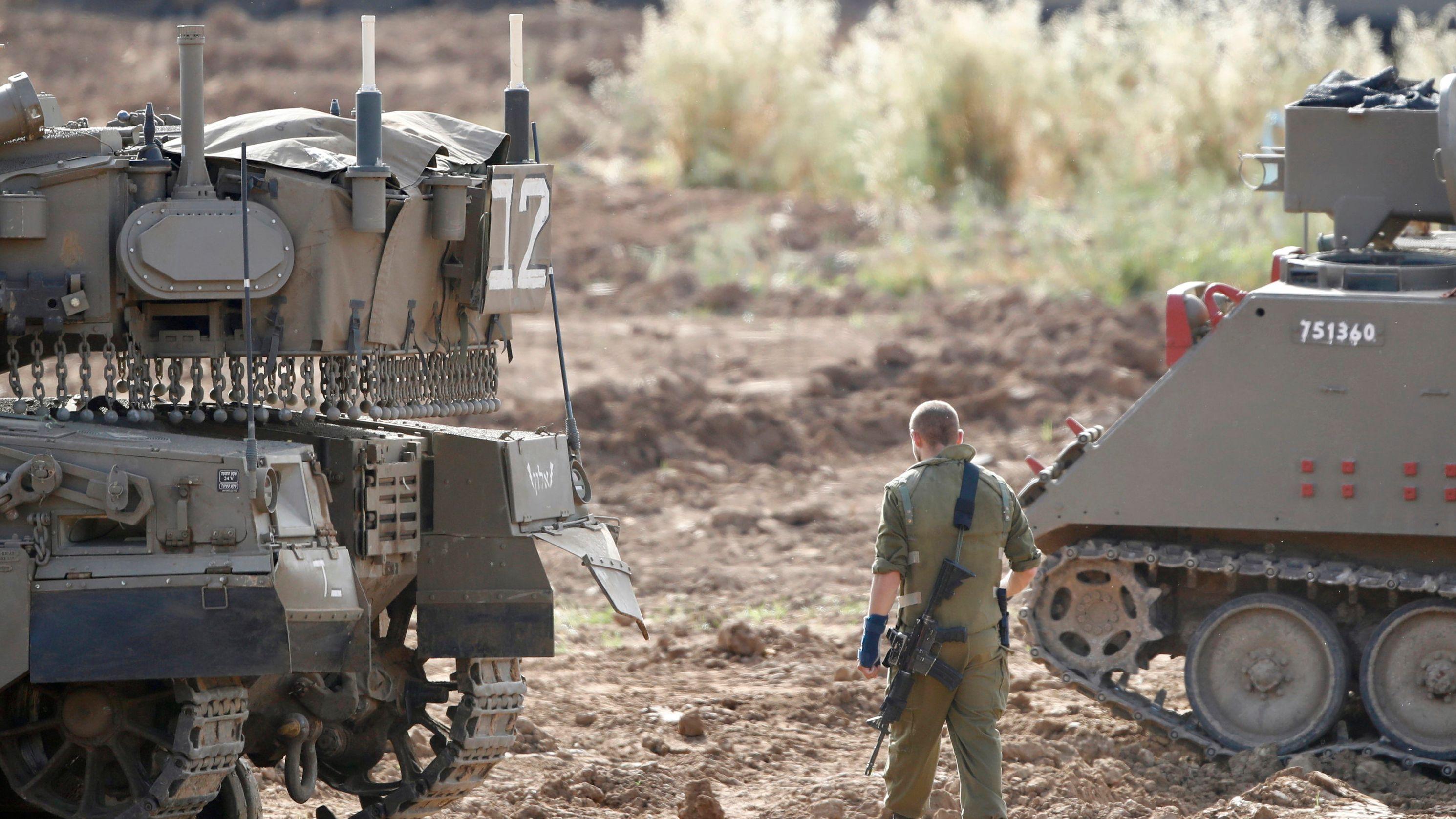 Ein israelischer Soldat steht an einem Sammelpunkt im israelischen Grenzgebiet zum Gazastreifen.