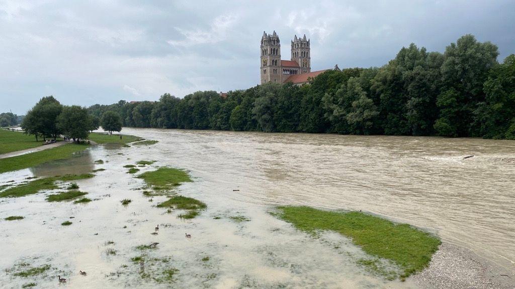 Am Mittag macht sich das Hochwasser auch an der Münchner Isar bemerkbar. Doch bietet die Renaturierung der vergangen Jahre hier guten Schutz.