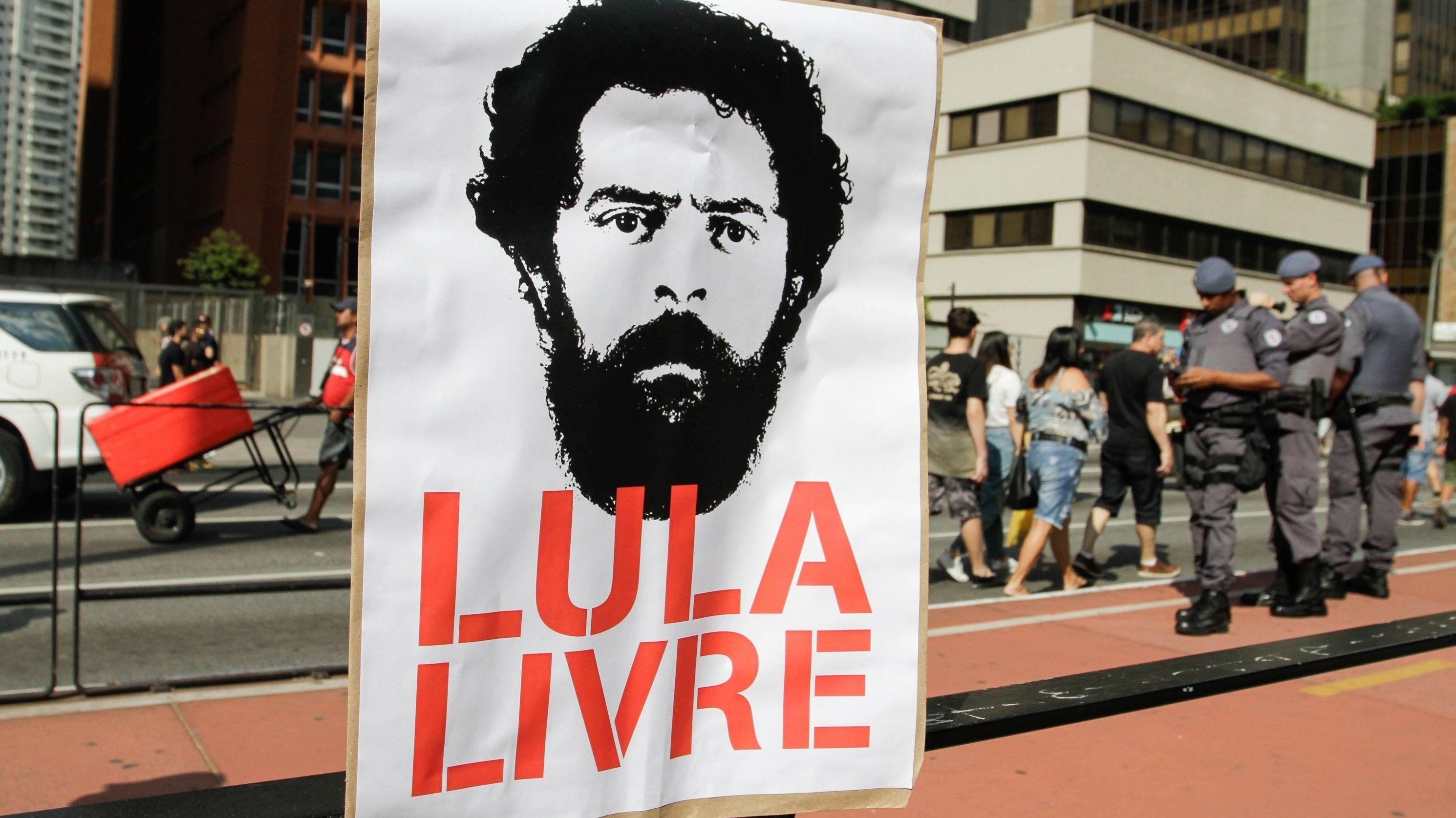 Ein Protest-Banner, auf dem die Freilassung des ehemaligen brasilianischen Präsidenten gefordert wird.
