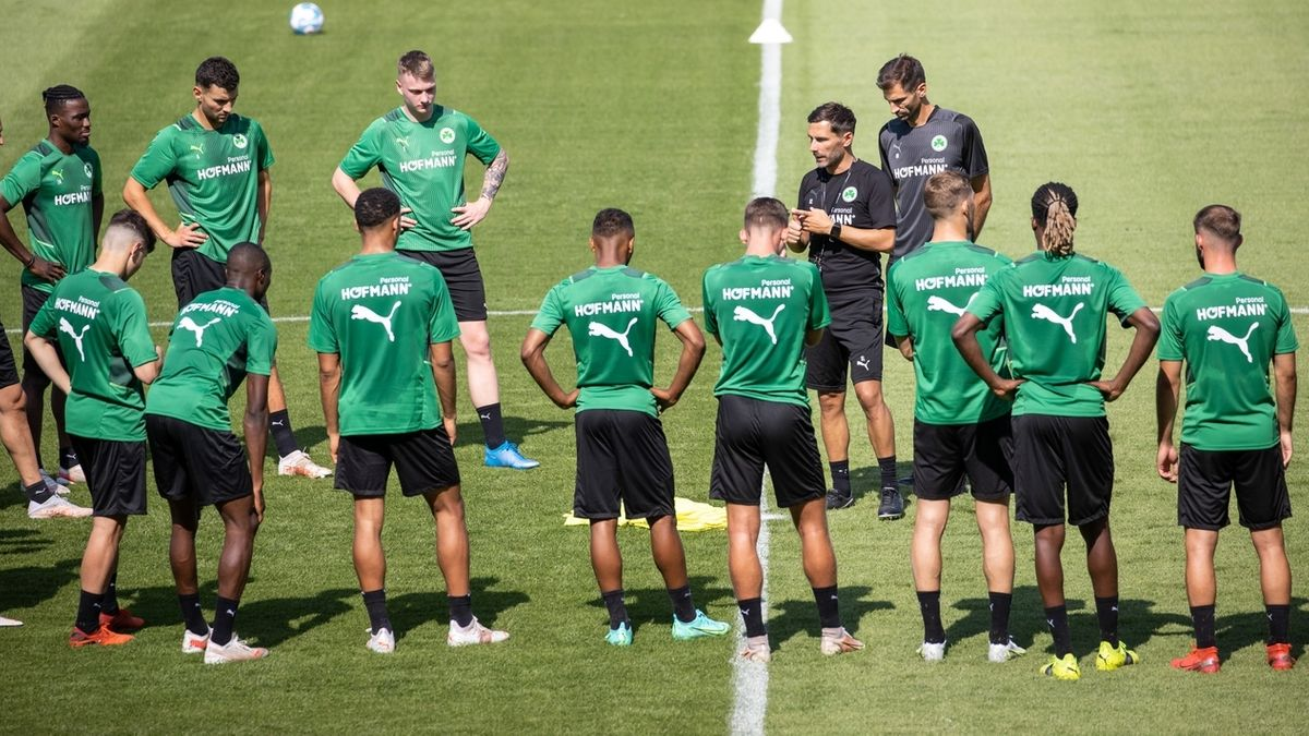 Stefan Leitl und seine Mannschaft beim Fürther Trainingsauftakt