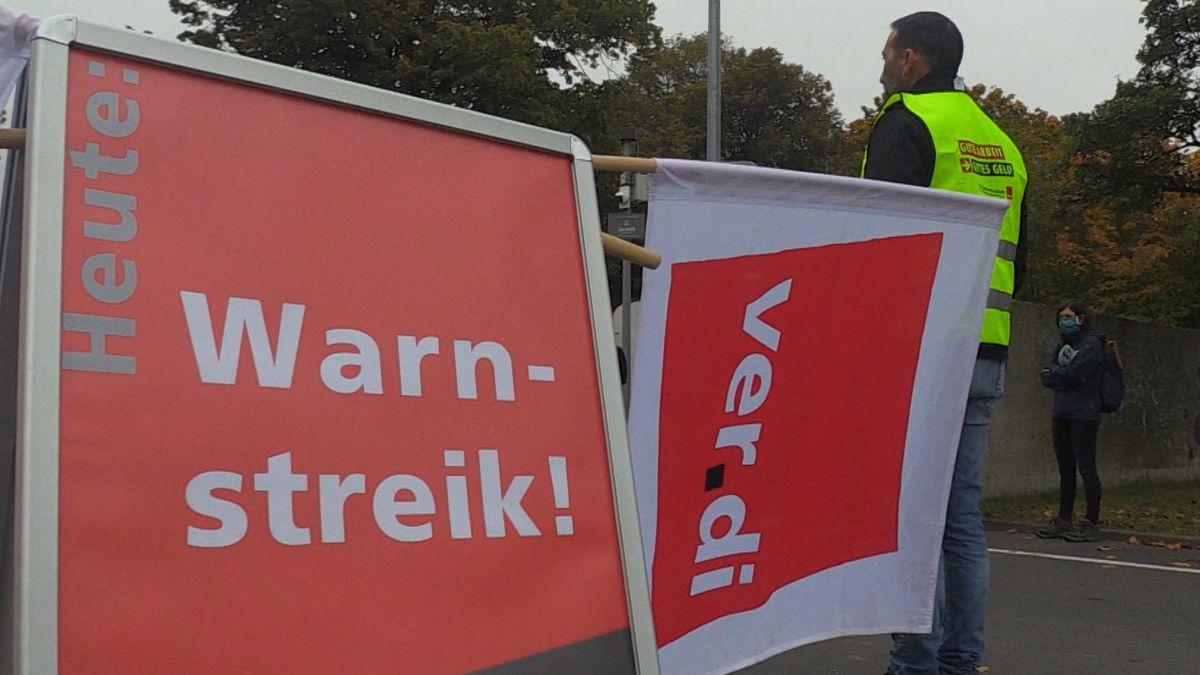 Streikende mit Verdi-Bannern