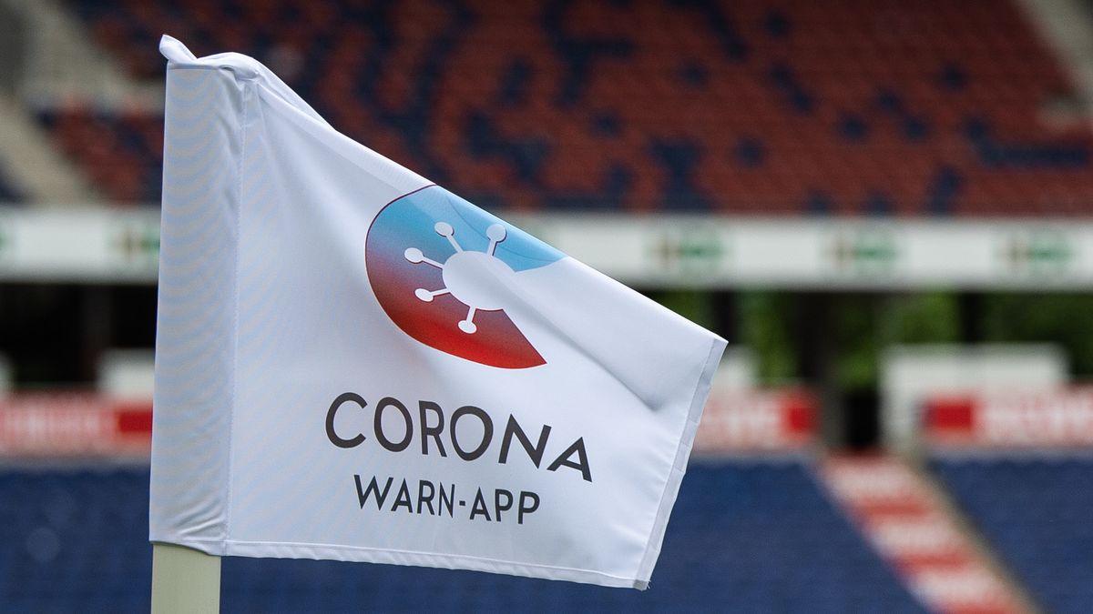 Logo Corona-Warn-App auf Eckfahne