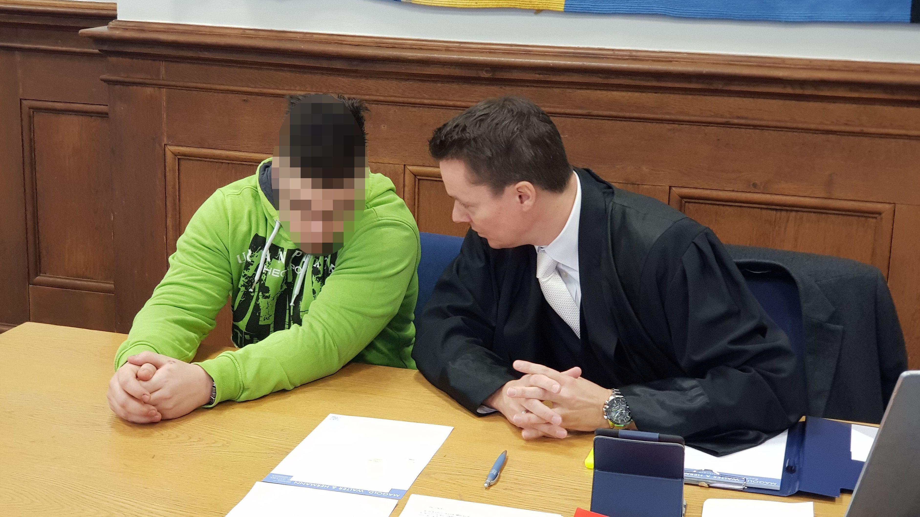 Angeklagter im Prozess um Überfall auf Taxifahrer mit seinem Anwalt im Gerichtssaal