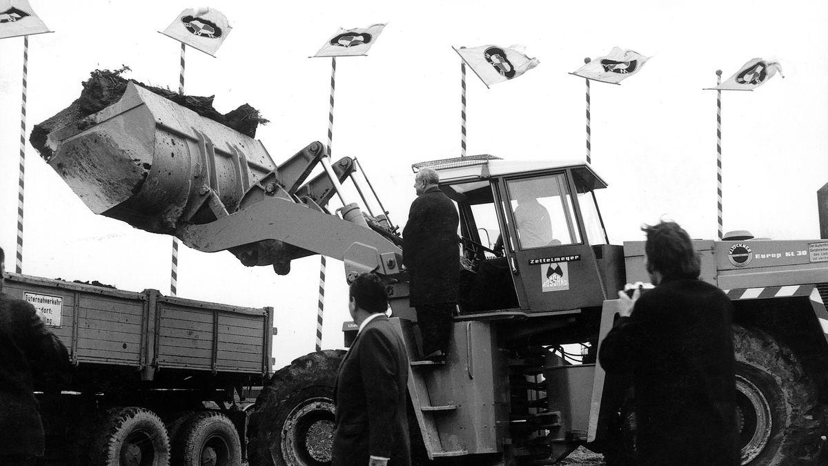 Der Tag der Grundsteinlegung: Ministerpräsidenten Alfons Goppel steht auf dem Bagger.