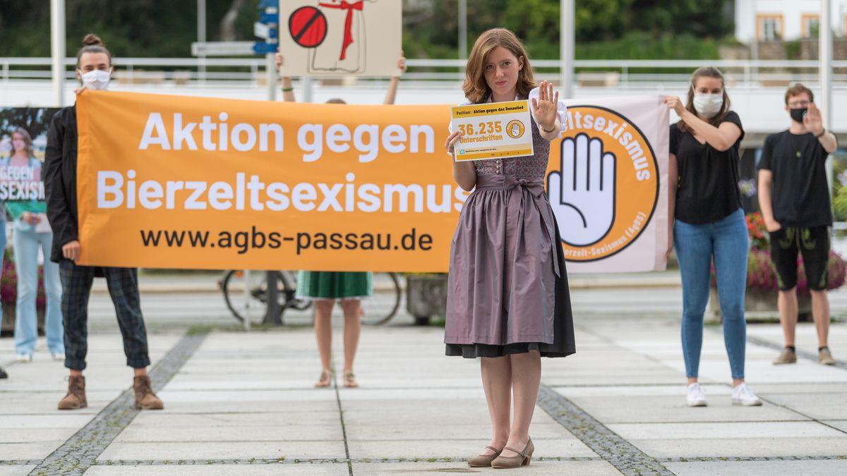 Studentin Corinna Schütz während einer Kundgebung der Anti-Donaulied-Aktivisten in der Passauer Innenstadt