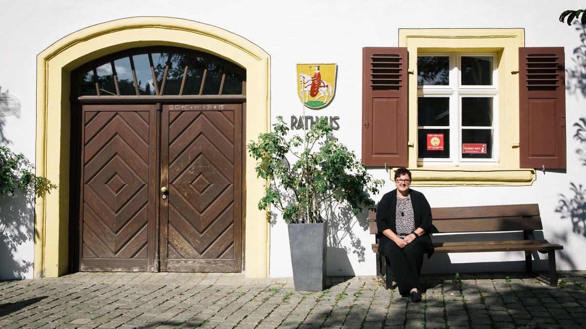 Bürgermeisterin vor dem Rathaus der Stadt Hollfeld (Archivbild)