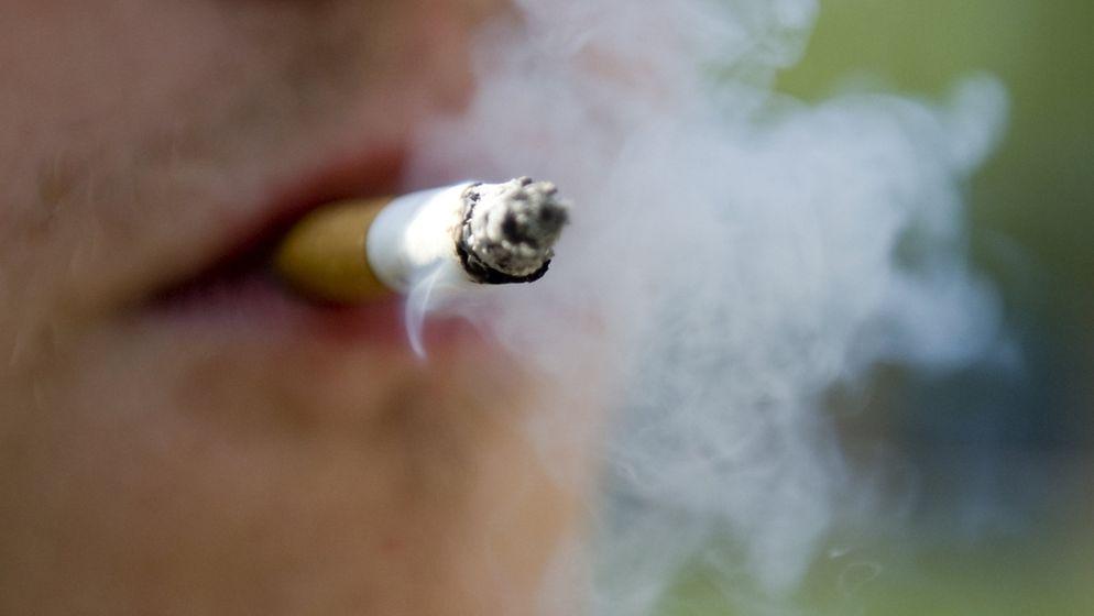 Mund in Nahaufnahme mit Zigarette   Bild:dpa-Bildfunk/Robert Schlesinger