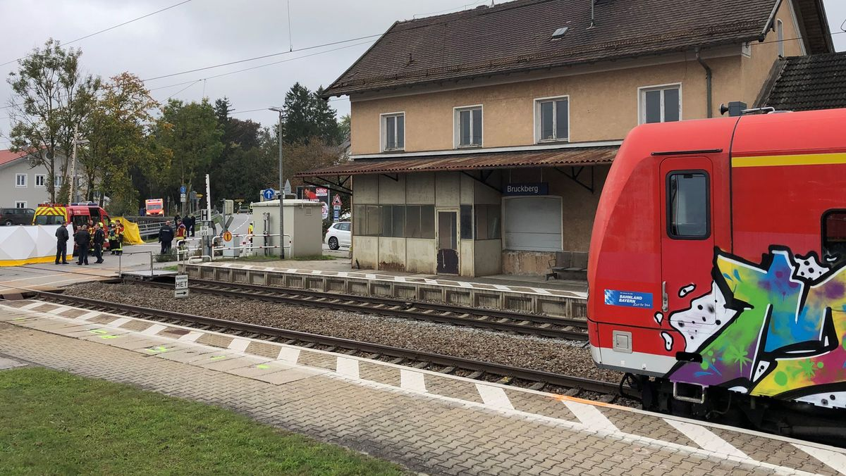 Einsatzkräfte an der Unglücksstelle am Bahnhof Bruckberg