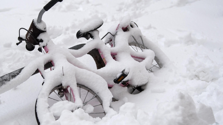 Ein Fahrrad unter einer Schneedecke