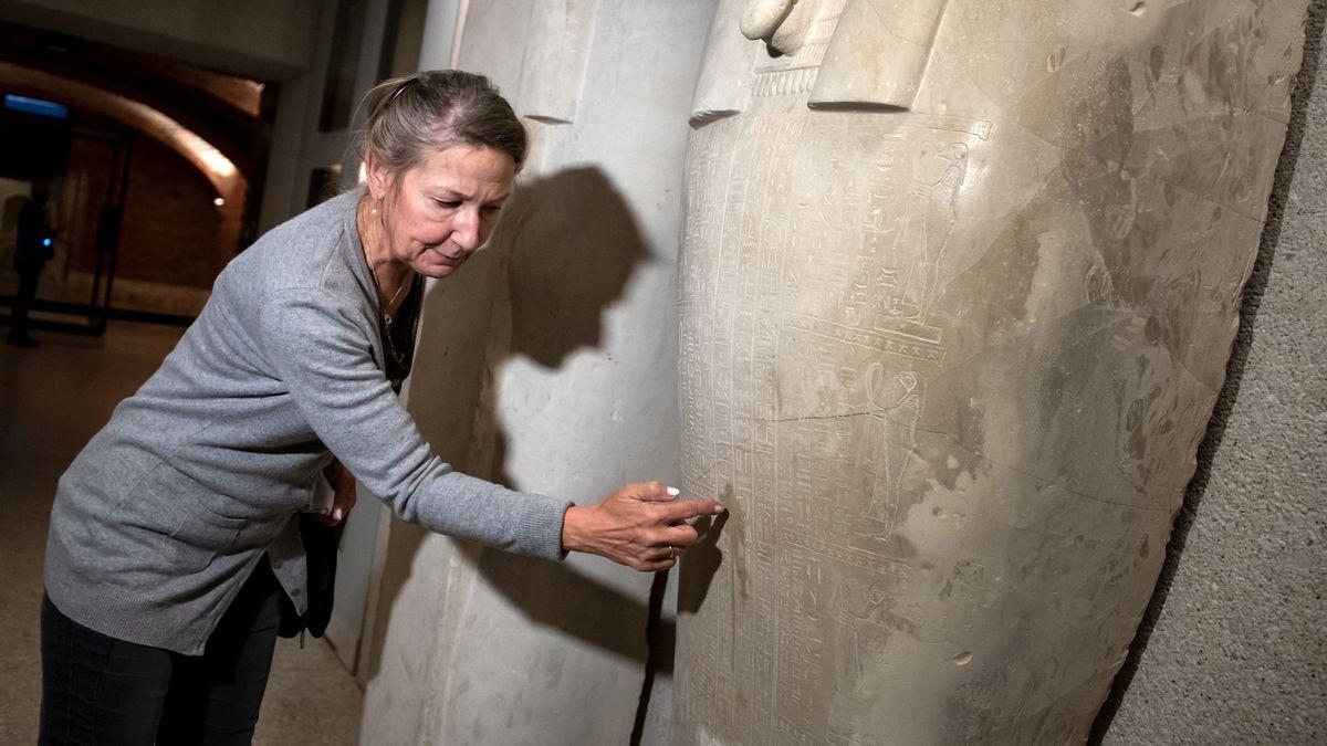 Direktorin des Ägyptischen Museums zeigt Beschädigung