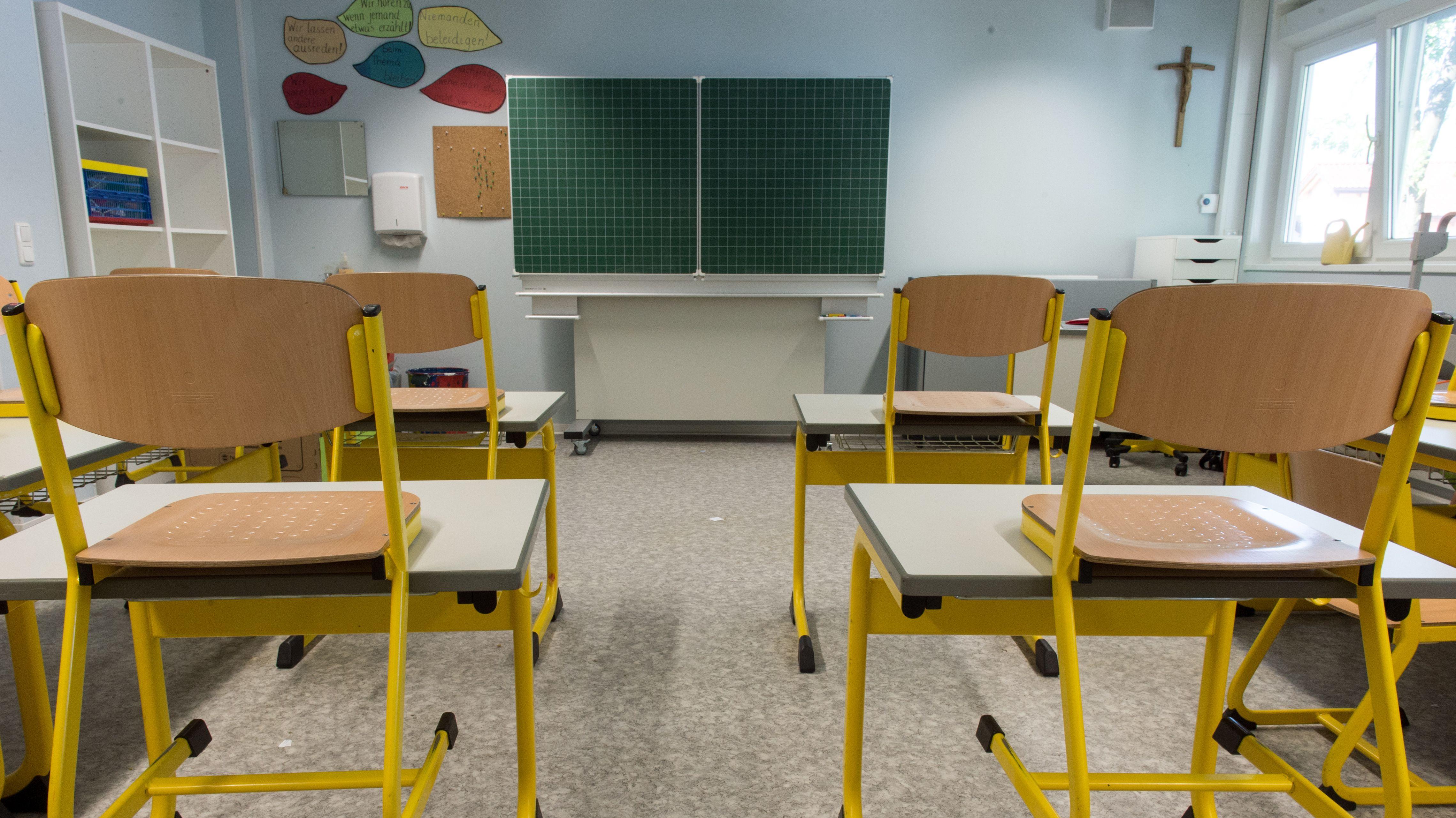 Leere Stühle in einem Klassenzimmer einer Grundschule.
