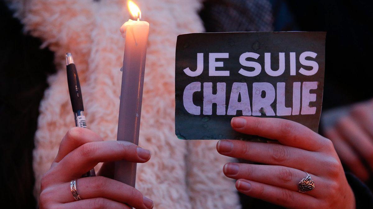Menschen gedenken den Opfern des Attentats auf das französische Satiremagazin Charlie Hebdo