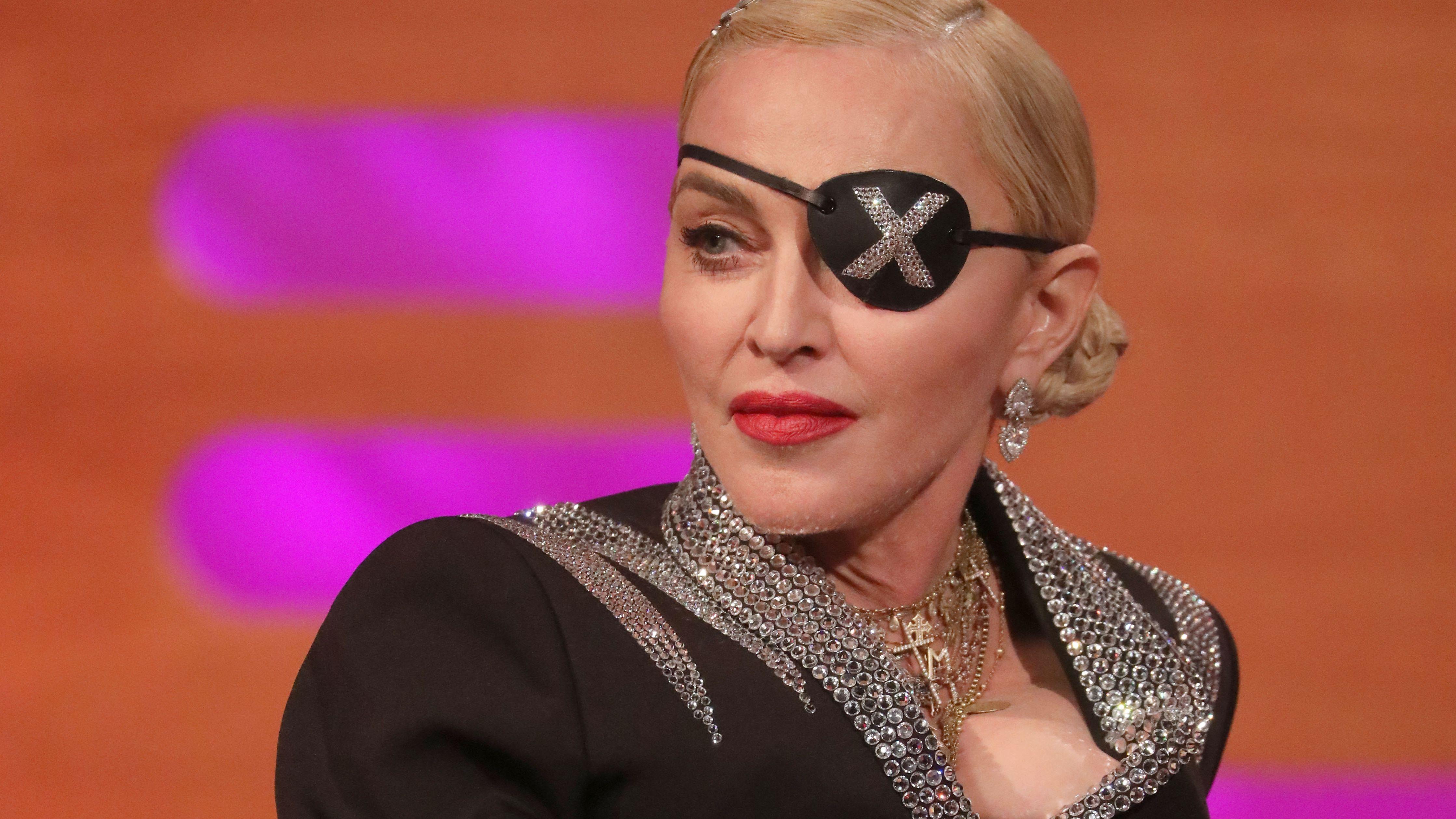 Madonna mit Augenklappe