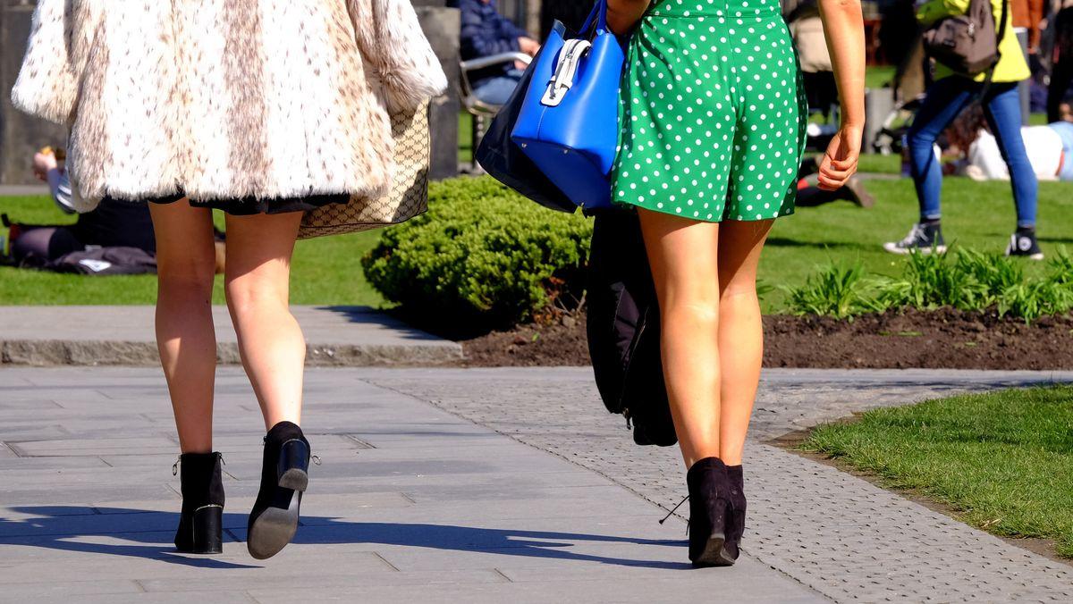 Frauen in kurzen Röcken.