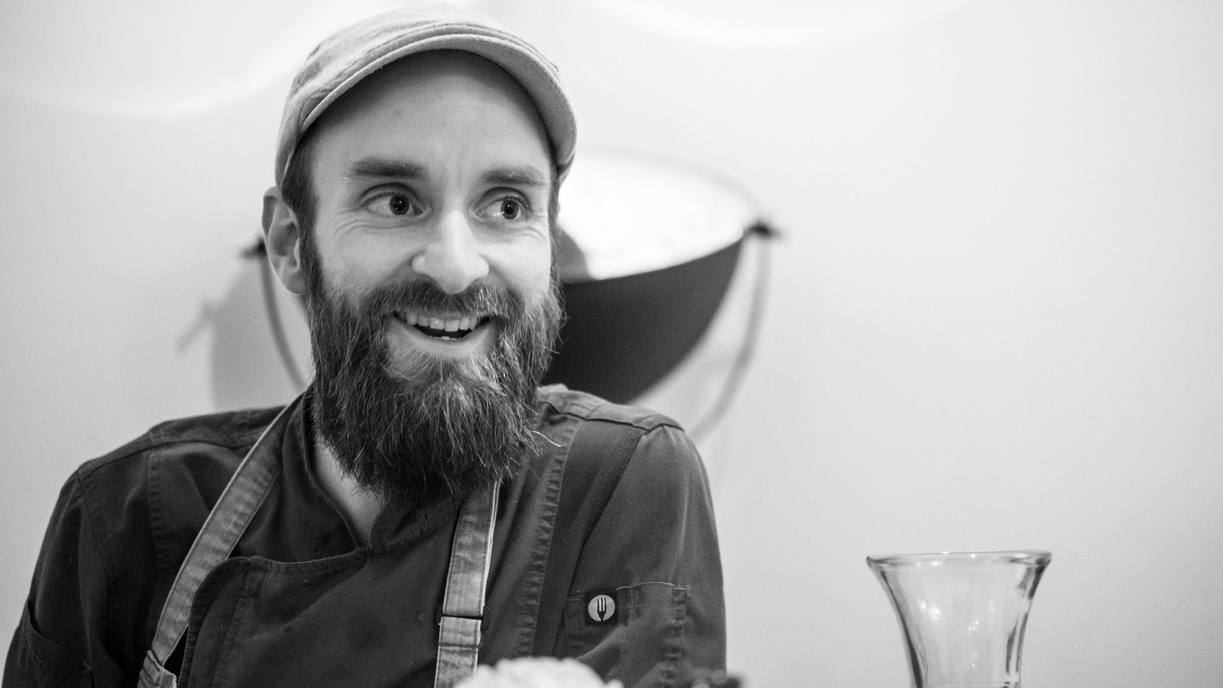 Wirt Simon Hannig will in seinem Restaurant im neuen Jahr die Preise erhöhen.