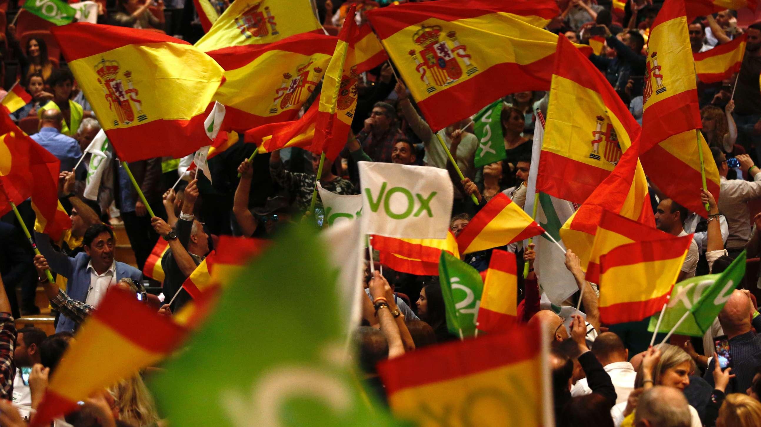 17.04.2019, Spanien, Granada: Unterstützer schwenken Fahnen während einer Wahlkampfveranstaltung mit Abascal, dem Vorsitzenden der rechtspopulistischen Partei Vox.