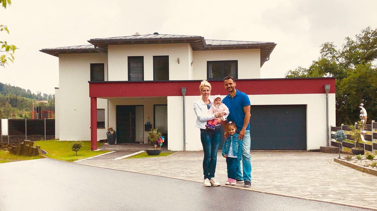 Familie Heidary vor ihrem Haus im Landkreis Passau.