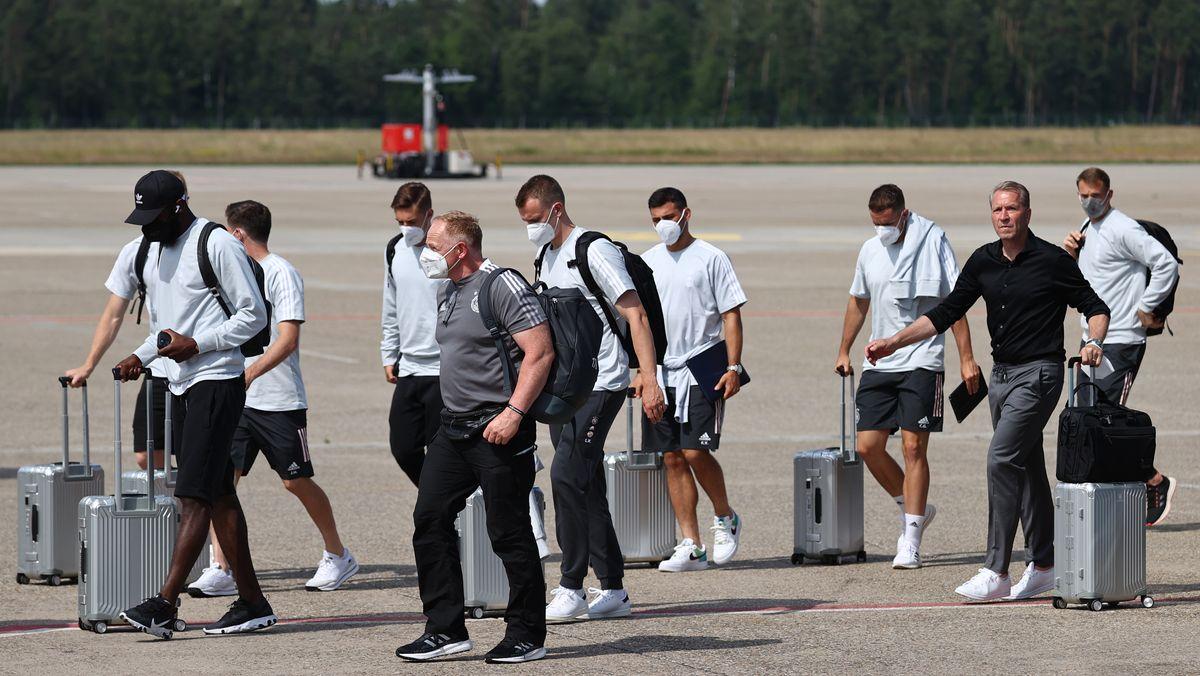DFB-Team am Nürnberger Flughafen vor dem Abflug nach London.