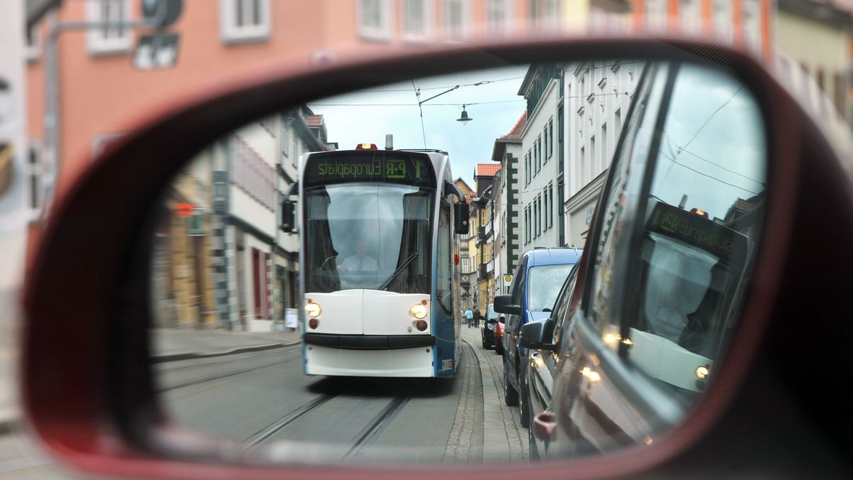 Eine Straßenbahn in Erfurt durch den Rückspiegel fotografiert.