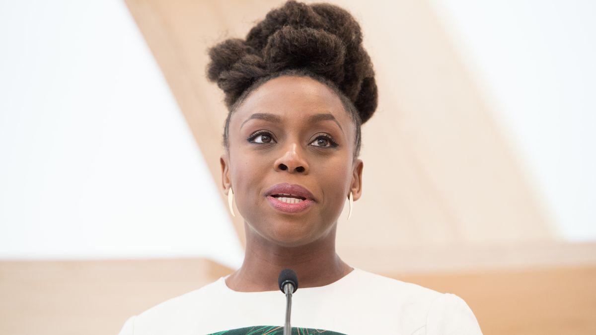Autorin Chimamanda Ngozi Adichie spricht in ein Mikrophon.