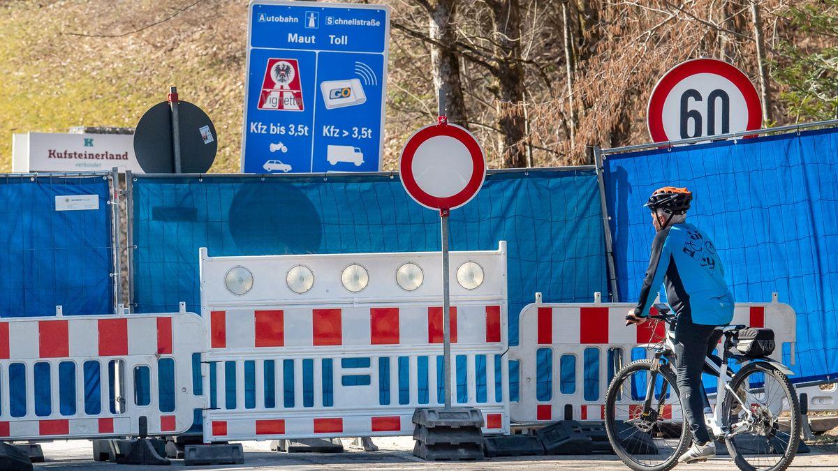 Fahrradfahrer vor geschlossener Grenze